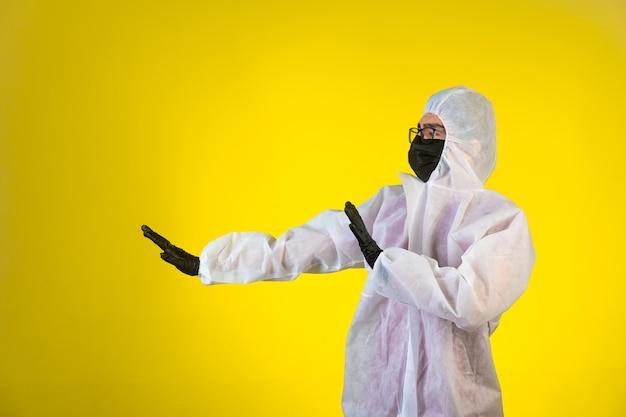 Дезинфицирующее средство в специальной профилактической форме останавливает опасность слева на желтом. Бесплатные Фотографии