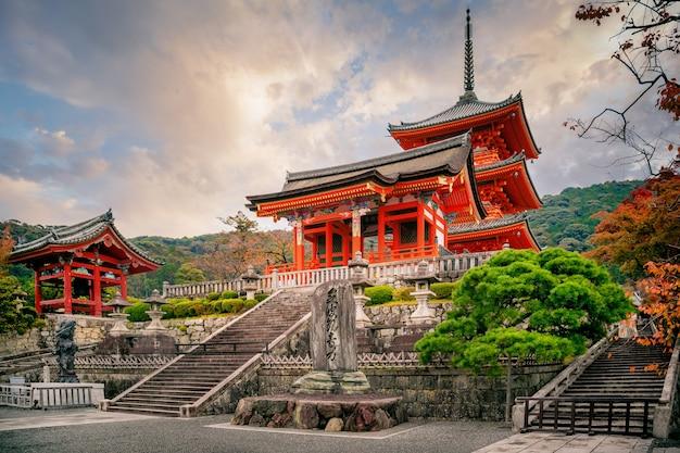 Пагода сандзуното и храм киёмидзу-дэра в осенний сезон, киото, япония Premium Фотографии