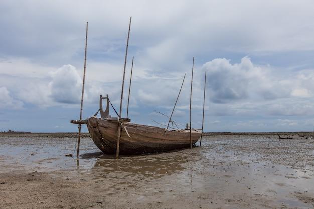 砂浜と泥のサンク漁師のボート Premium写真