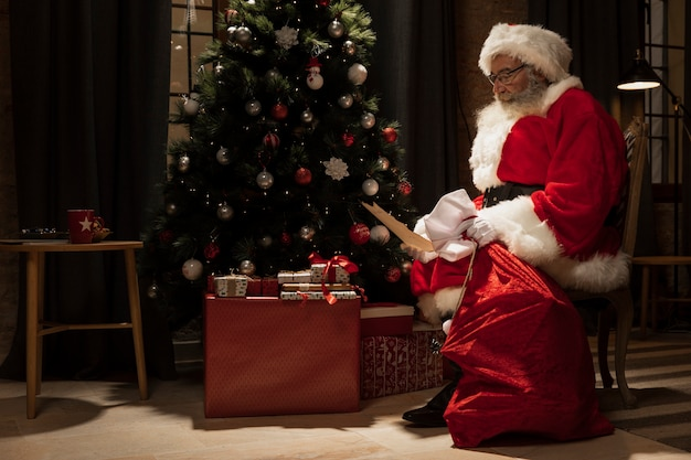 Santa claus delivering christmas gifts Free Photo