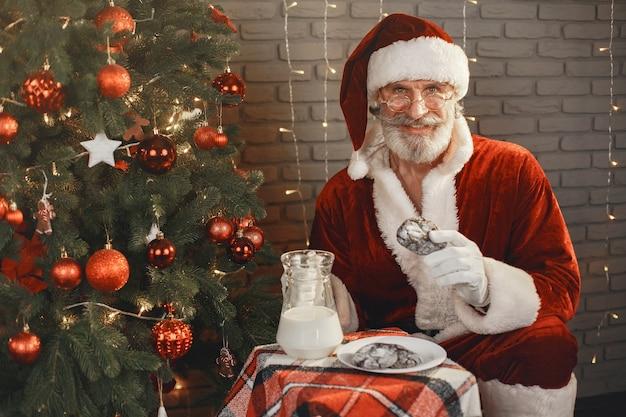 Дед мороз отдыхает у елки. украшение дома. подарок деду морозу. Бесплатные Фотографии