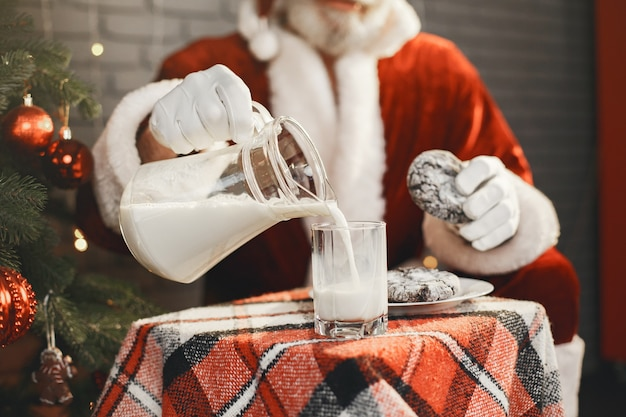 Дед мороз отдыхает у новогодней елки. украшение дома. подарок деду морозу. Бесплатные Фотографии