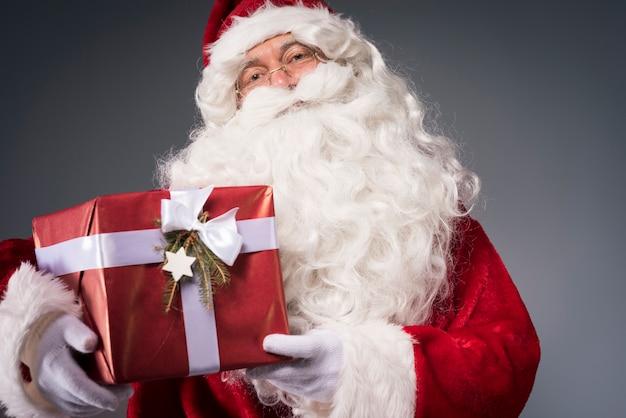 Санта-клаус держит подарочную коробку Бесплатные Фотографии