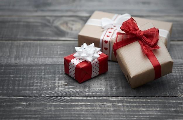 サンタクロースはクリスマスプレゼントを残します 無料写真