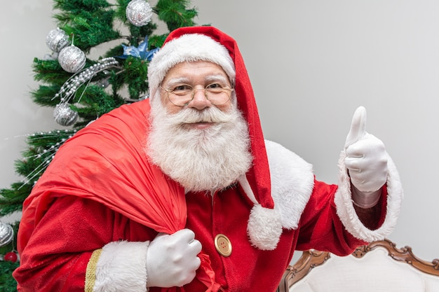 Santa claus looking at the camera Premium Photo