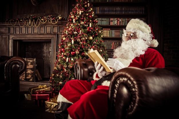 Санта-клаус портреты и образ жизни Premium Фотографии
