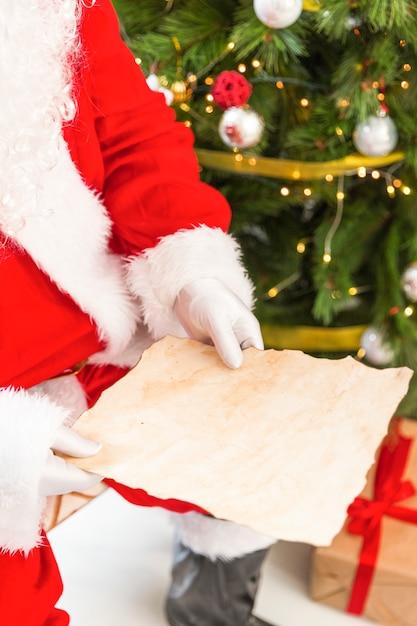Santa claus reading empty letter Free Photo