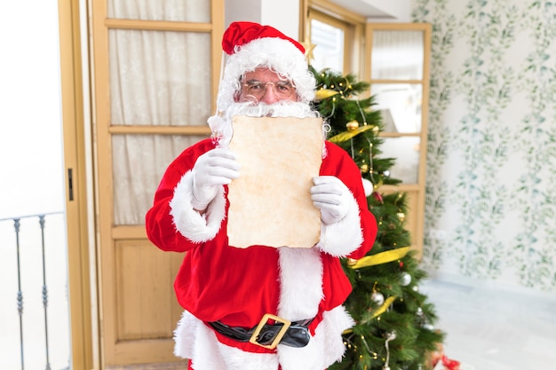 Santa claus showing empty letter Free Photo