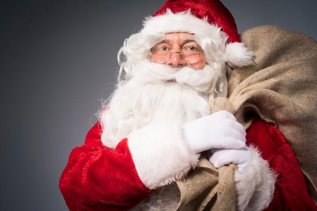선물 자루와 산타 클로스 무료 사진