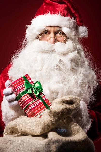 선물 상자와 산타 클로스 무료 사진
