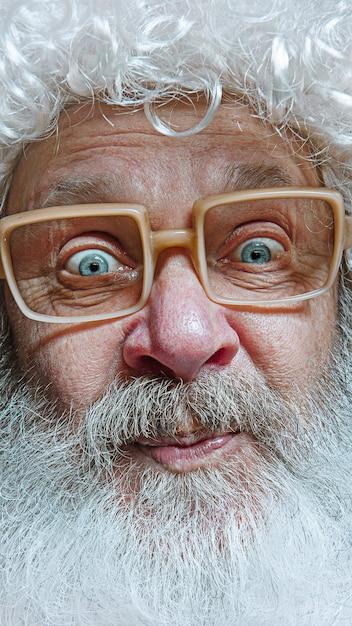 Санта-клаус с удивленным выражением лица. Бесплатные Фотографии