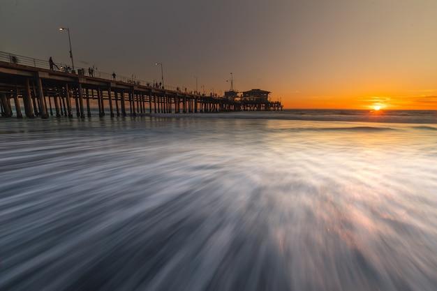 サンタモニカピア、カリフォルニアの海岸からの象徴的なビュー Premium写真