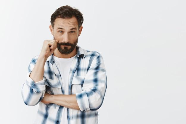Uomo maturo barbuto carismatico impertinente in posa Foto Gratuite