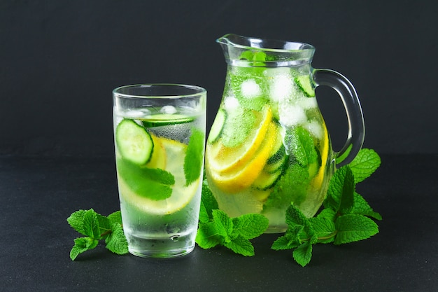 Sassy water. fresh cool water with cucumber, lemon, ginger and mint. detox and weight loss. Premium Photo