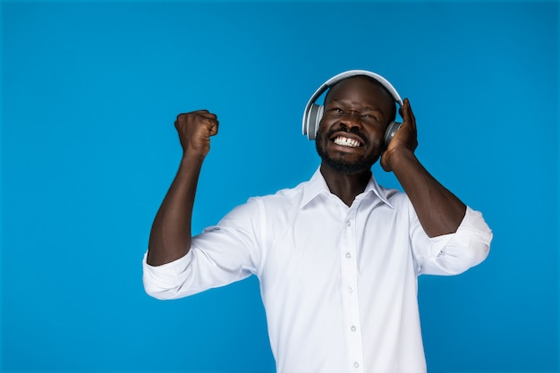 Satisfacted man listens to music in the headphones Free Photo