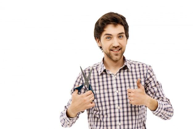 Soddisfatto bell'uomo, pollice in su, tenere le forbici Foto Gratuite