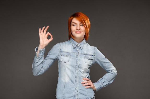Довольная рыжая женщина показывает нормально, рекомендую Бесплатные Фотографии