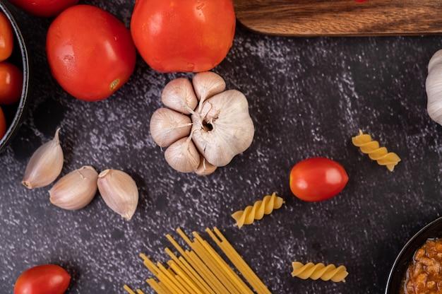 黒い皿にスパゲティを炒めたり、マカロニを炒めたりするソース。 無料写真