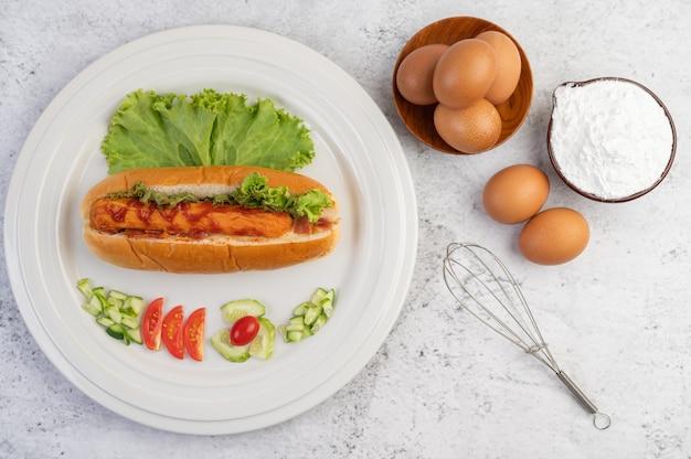 Сосиска, завернутая в хлеб и салат с соусом. Бесплатные Фотографии
