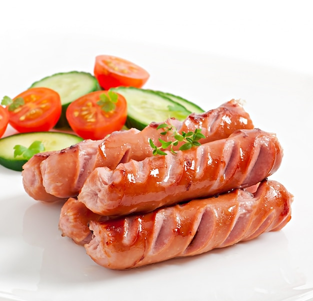 Колбаски на гриле и салат Бесплатные Фотографии