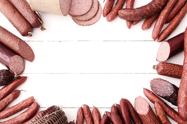 Колбаски на деревянном столе Бесплатные Фотографии