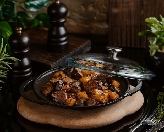 Sauteed liver with roasted potatoes in a sac pan Free Photo