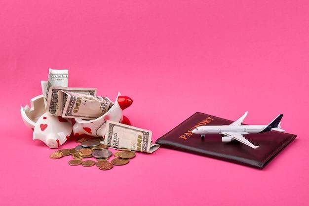 壊れた貯金箱で旅行の概念のためのお金を節約 Premium写真