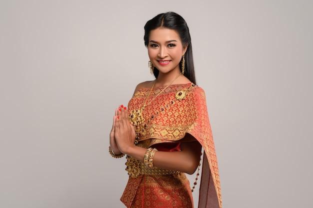 Женщины, носящие тайскую одежду, которые уважают, символ sawasdee Бесплатные Фотографии