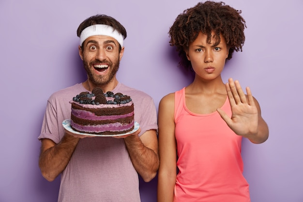 Скажи нет вредному питанию! серьезная темнокожая женщина показывает жест стоп Бесплатные Фотографии