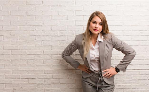 非常に怒っている誰かをscる若いロシアビジネス女性 Premium写真