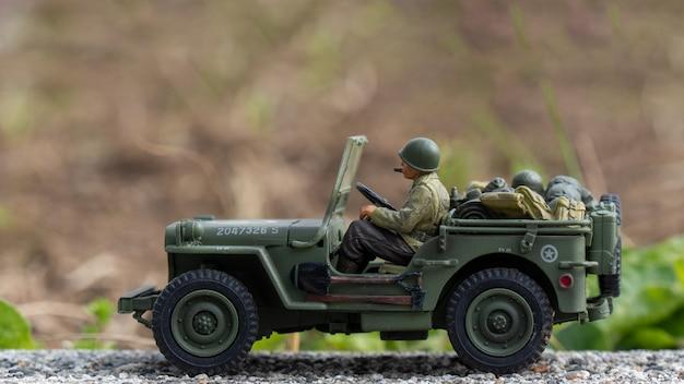 Масштабная модель игрушечного военного джипа на открытом воздухе Premium Фотографии