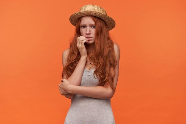 Spaventata bella giovane donna rossa con i capelli ...