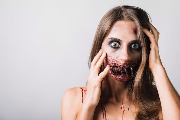 Donna spaventata con la faccia commovente del fronte nocivo Foto Gratuite