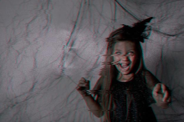 Страшный ребенок, одетый в черное и с белыми глазами Бесплатные Фотографии