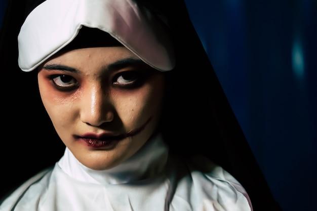 怖い悪魔修道女、ハロウィーンのコンセプト Premium写真