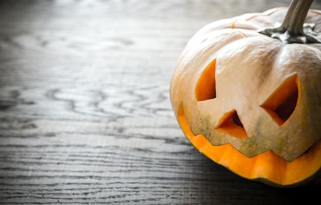 Страшная резная тыква на хэллоуин Premium Фотографии
