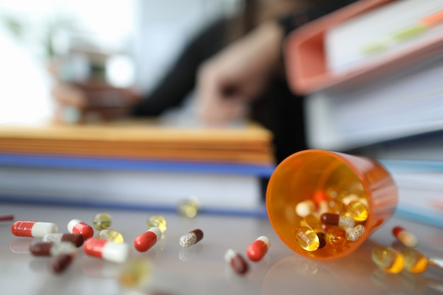 散らばったカラフルな錠剤 Premium写真