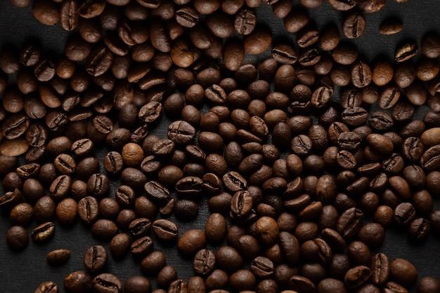 表面に散らばったダークローストコーヒー豆 Premium写真