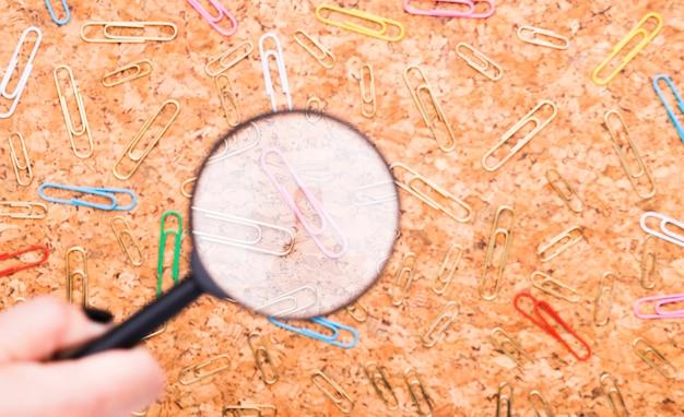 Graffette sparse esaminate tramite la lente sul fondo del bordo del sughero Foto Gratuite