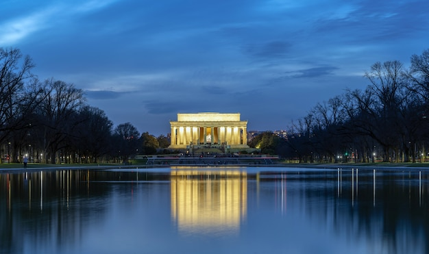 Scene of abraham lincoln memorial at the twilight time with reflection, washington dc, united states Premium Photo