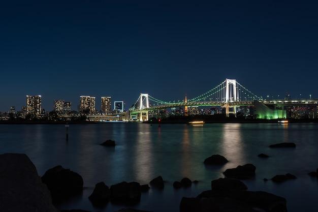 Scene of tokyo rainbow bridge at the twilight time, odaiba, japan Premium Photo