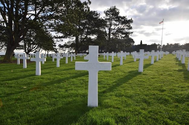 Scenario di un cimitero di soldati morti durante la seconda guerra mondiale in normandia Foto Gratuite