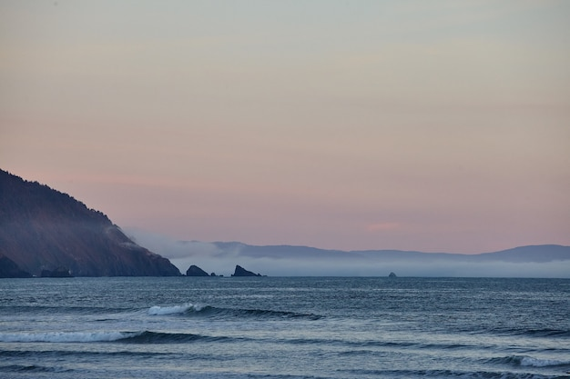 Пейзаж захватывающего заката над тихим океаном недалеко от юрики, калифорния Бесплатные Фотографии