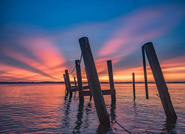 フロリダ東部のビーチの息を呑むような夕日の風景 無料写真