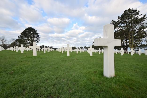 第二次世界大戦中にノルマンディーで亡くなった兵士のための墓地の風景 無料写真