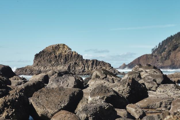 Пейзаж скал на побережье тихоокеанского северо-запада в кэннон-бич, орегон Бесплатные Фотографии