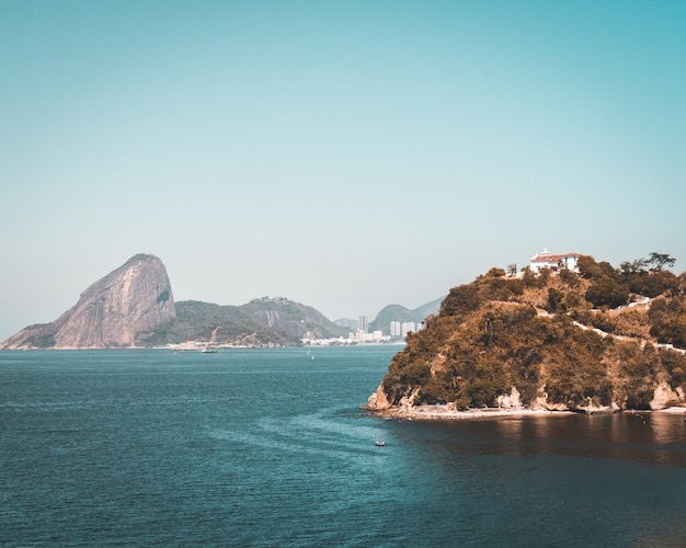 Scenery of a rock formation at the ocean shore in rio de janeiro Free Photo
