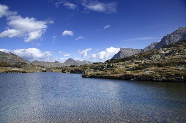晴れた日に山々に囲まれた風光明媚な湖 無料写真