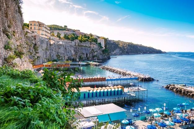 ナポリ湾とソレント、イタリアの風光明媚な風景 Premium写真