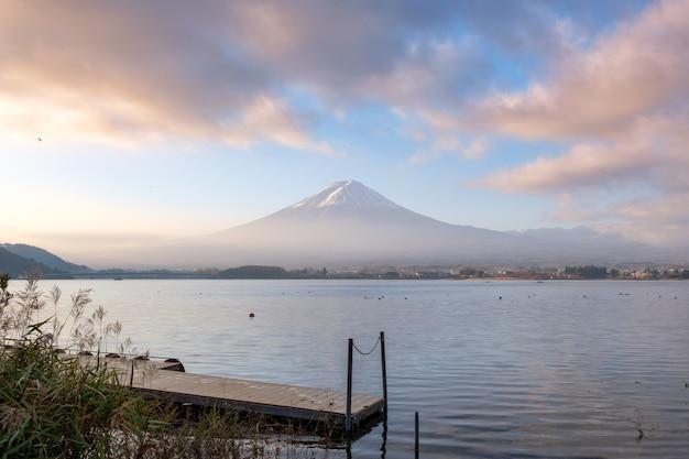 風光明媚な富士山と河口湖のカラフルな空と木の港 Premium写真